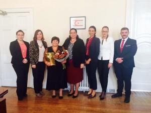 Namık Kemal Türk Okulu'nun uzun yıllardır başkanlığını yürüten Gülten Emin Hasan'a hizmetlerinden ötürü teşekkürlerimizi sunduk